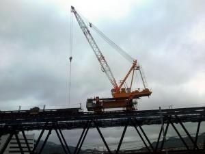 橋梁上のクレーン