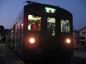 谷川行き1番列車