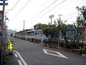 街に溶け込む和田岬駅