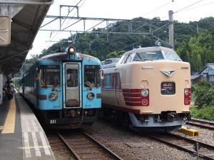 KTR800形227Dと183系の並び