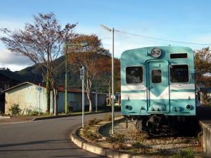 鍛冶屋駅キハ30と妙見山