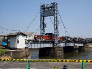 末広橋梁をDD51渡る貨物