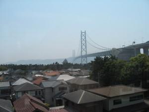 昼の明石海峡大橋と舞子公園