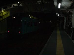 粟生駅に停車中の下り回送