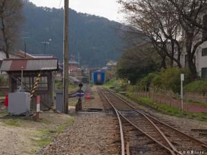 線路の先の12系客車