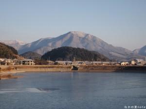 雪の妙見山と千ヶ峰、凍るため池