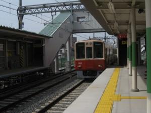 西新町駅を通過する8000系8245F直特