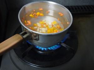 鍋に水を入れて火にかけます