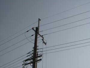 日食の空と電柱