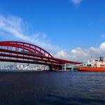神戸大橋と砕氷艦しらせ
