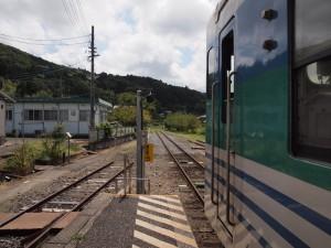 上総亀山駅停車中列車と線路の果て