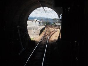 牧の原トンネルから金谷駅を望む