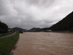台風18号で増水した加古川