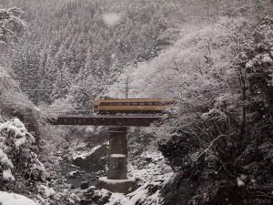 こうのとり14号先頭雪の川代渓谷