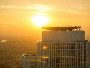 セントラルタワーをバックに夕日