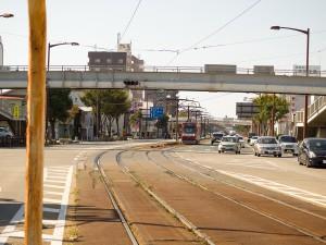 国道1号線を行く路面電車