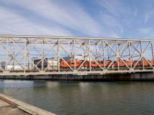 木津川橋梁を渡る201系