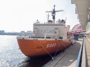 神戸港新港第四突堤に着岸中のしらせ